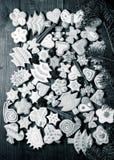 Les biscuits faits maison de pain d'épice avec le glaçage ont coloré des dessins sur le bois Images stock