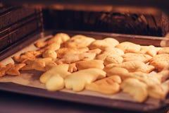 Les biscuits font cuire au four images libres de droits