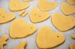 Les biscuits pâte, mains faites à la maison pour le jour du ` s de Valentine sont sur la plaque de cuisson Photographie stock