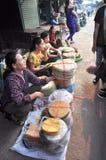Les biscuits s de riz sont en vente sur un marché local au Vietnam Image stock