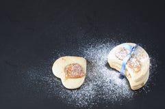Les biscuits sablés couverts du sucre de vanille aiment la neige Photo stock