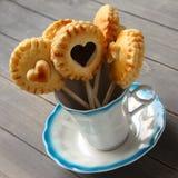 Les biscuits sablés faits maison saute avec du chocolat dans la tasse Images stock