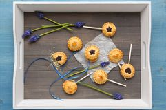 Les biscuits sablés faits maison avec du chocolat saute sur le plateau Photographie stock