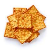Les biscuits salés sont sur le fond blanc Photos libres de droits