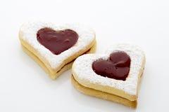 Les biscuits sur le coeur forment sur le fond blanc Images stock