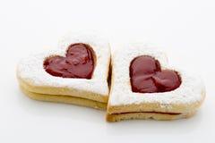 Les biscuits sur le coeur forment sur le fond blanc Photographie stock libre de droits