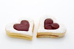 Les biscuits sur le coeur forment sur le fond blanc Photos libres de droits