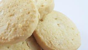Les biscuits tournent sur le fond blanc clips vidéos