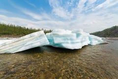 Les blocs cassés de turquoise ont posé la glace sur la rivière Photographie stock
