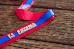 Les blocs de date ont arrangé sur le ruban rouge et bleu Image libre de droits