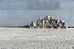 Les blocs de trottoir qui sont exactement mis près d'un mur de granit Photos libres de droits