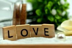 Les blocs en bois d'amour romantique sont sur les sables blancs Photographie stock