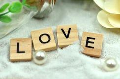 Les blocs en bois d'amour romantique sont sur les sables blancs Photo libre de droits