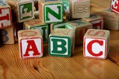 Les blocs en bois des enfants image stock