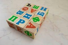 Les blocs en bois des enfants avec l'alphabet russe Image libre de droits