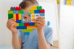 Les blocs en plastique de jouet, concepteur du ` s d'enfants joue Blocs constitutifs lumineux sous forme de coeur chez des mains  Photo libre de droits