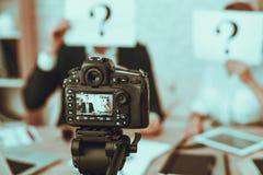 Les Bloggers fait une vidéo au sujet des affaires photographie stock