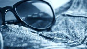 Les blues-jean donnent une consistance rugueuse dans un macro images stock