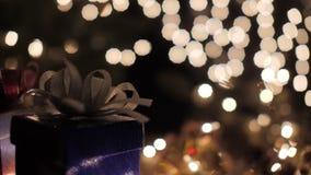 Les boîte-cadeau bleus de Noël avec le bokeh de lueur allume le fond clips vidéos