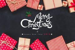 Les boîte-cadeau de Noël sur le fond noir avec la nouvelle année souhaite 2018 Photo libre de droits