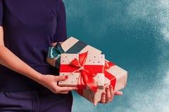 Les boîte-cadeau de prise de femme ont laissé le côté au studio photographie stock