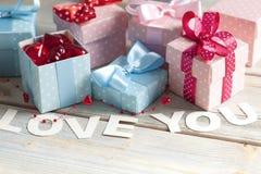 Les boîte-cadeau et l'inscription vous aiment sur le fond en bois Images libres de droits