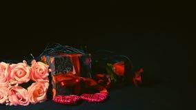 Les boîte-cadeau et la fleur rose se sont levés pour le Saint Valentin banque de vidéos
