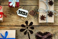Les boîte-cadeau, la forme de coeur et le label avec le mot aiment Images libres de droits