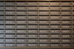 Les boîtes aux lettres en bois avec la serrure à l'entrée, peuvent employer comme dos d'affaires Photographie stock libre de droits