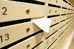 Les boîtes aux lettres et expliquent le paiement du loyer Photos stock