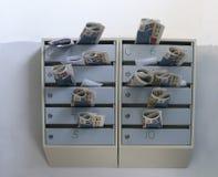 Les boîtes aux lettres ont enfermé la correspondance images stock