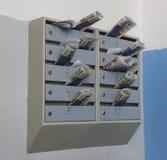 Les boîtes aux lettres ont enfermé la correspondance photo stock