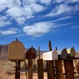 Les boîtes aux lettres ont vieilli le vintage dans le désert de Californie occidental Images libres de droits