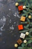 Les boîtes de cadeaux, boules de Noël, sapin s'embranche sur un fond rustique foncé Vue supérieure, l'espace pour le texte photo libre de droits