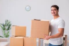 Les boîtes de transport d'homme à la maison Photo stock