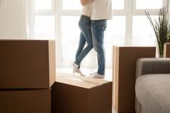 Les boîtes mobiles avec des couples embrassant au fond, se ferment vers le haut de la vue Photos stock