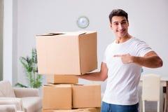 Les boîtes mobiles de jeune homme à la maison Photo libre de droits