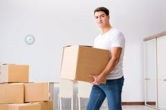 Les boîtes mobiles de jeune homme à la maison Image libre de droits