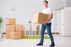 Les boîtes mobiles de jeune homme à la maison Images stock