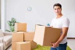 Les boîtes mobiles de jeune homme à la maison Photos stock