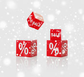 Les boîtes rouges avec la vente et les pour cent signent plus de la neige Images libres de droits