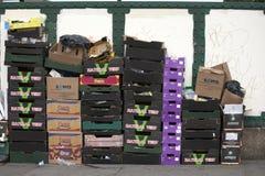 les boîtes vides hors des légumes sont parties après marché sur la ruelle de brique Photo stock