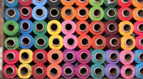 Les bobines de coton de mercerie beaucoup de couleurs d'arc-en-ciel font des emplettes affichage Photos stock