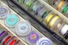 Les bobines de couture d'approvisionnement étroitement visualisent Image libre de droits