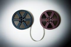 les bobines de film de 8mm se sont reliées au film dans l'effet de couleur Images libres de droits