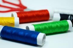Les bobines du fil coloré se sont concentrées sur la bobine verte Image stock