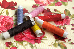 les bobines ont coloré les amorçages de couture multi Image stock