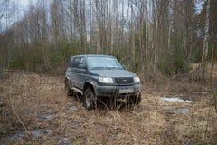 Les bois tous terrains russes de ` de patriote d'UAZ de ` de voiture au printemps Images libres de droits