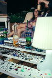 Les boissons au-dessus de la table de palettes avec des confettis dans l'extérieur font la fête Photos stock