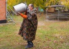 Les boissons d'homme d'un grand lait-peuvent Photographie stock libre de droits